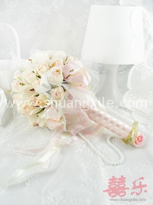 Bloom My Love - Rose Bud Hand Bouquet (2 Colors available)