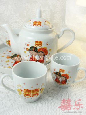 Teaset - Kissing Happy Couple